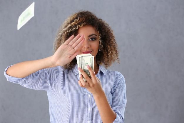Piękny czarny portret kobiety. rozrzucanie banknotów