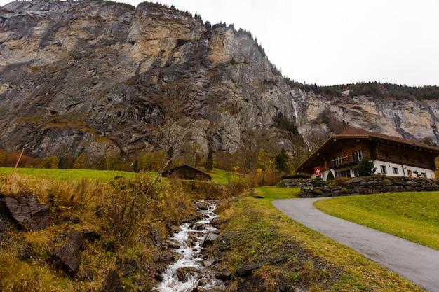 Piękny czas jesieni w miejscowości lauterbrunnen w szwajcarskich alpach, brama do słynnego jungfrau. osadzone w dolinie skaliste klify i ryk