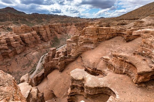Piękny czerwonego piaskowca jaru krajobraz