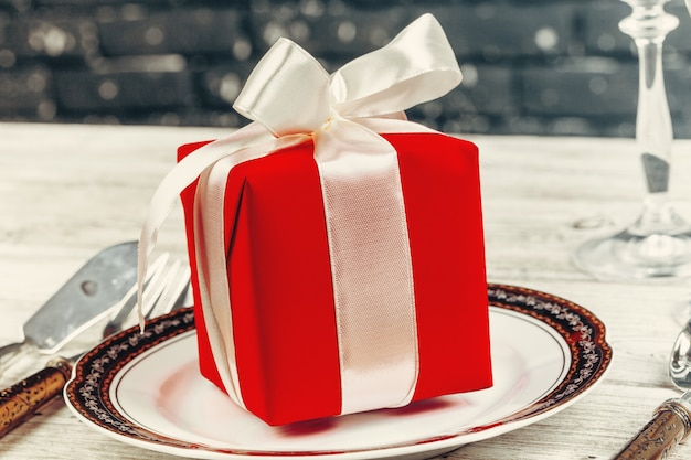 Piękny czerwony boże narodzenie stołowy położenie z dekoracjami zamyka up