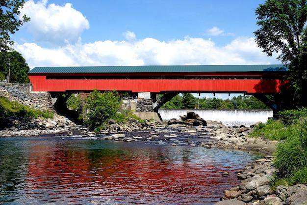 Piękny czerwony most
