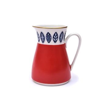 Piękny czerwony porcelanowy mlecznik z zestawu do kawy w stylu vintage, izolat