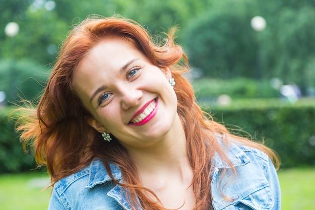 Piękny czerwony włosiany kobieta portret