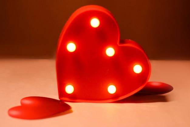 Piękny czerwony zbliżenie serca z dekoracjami z wielu kolorowych serc