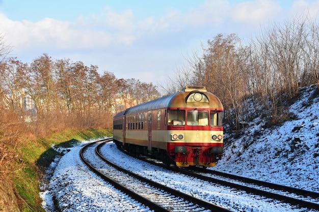 Piękny czeski pociąg pasażerski z wagonami.
