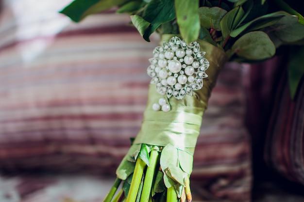 Piękny delikatny bukiet ślubny na stole. kwiatowy motyw ślubny.