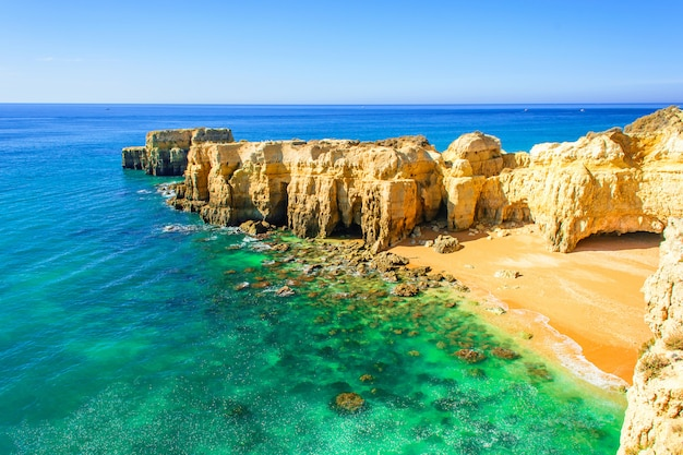Piękny denny widok z tajną piaskowatą plażą blisko albufeira w algarve, portugalia