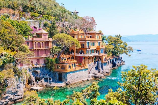 Piękny denny wybrzeże z kolorowymi domami w portofino, włochy. letni krajobraz