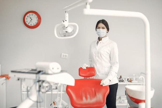 Piękny dentysta pracuje na klinice dentystycznej