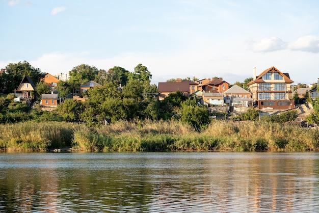 Piękny dom nad brzegiem rzeki idealne życie nad rzeką