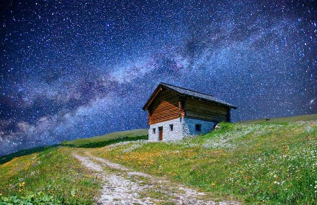 Piękny dom pod gwiazdami