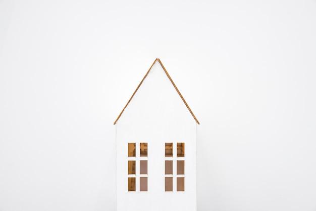 Piękny dom zabawka na białym tle