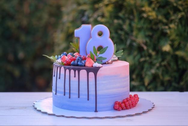 Piękny domowy tort urodzinowy z numerem osiemnaście
