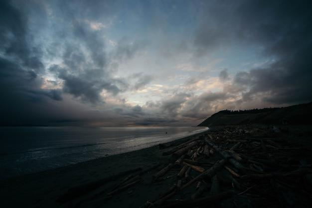 Piękny dramatyczny strzał wybrzeża oceanu z zapierającym dech w piersiach niebem