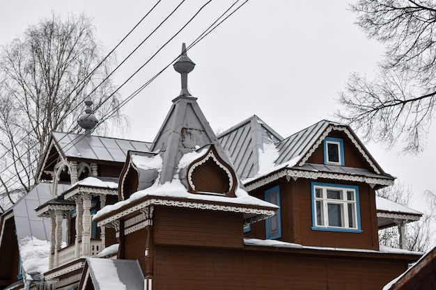 Piękny drewniany dom na śniegu