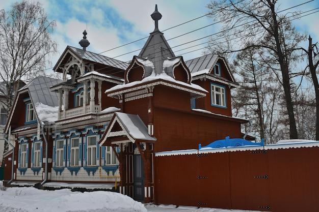 Piękny drewniany zabytkowy dom zimą