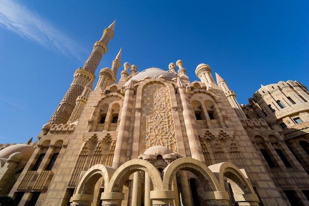 Piękny duży islamski meczet z niebieskim niebem