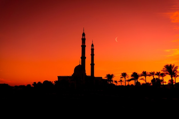 Piękny duży meczet islamski na niebie słońca