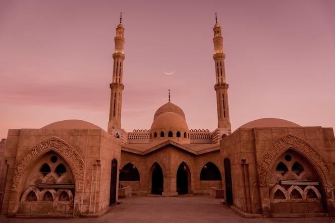 piękny duży meczet islamski na niebie zachodu słońca