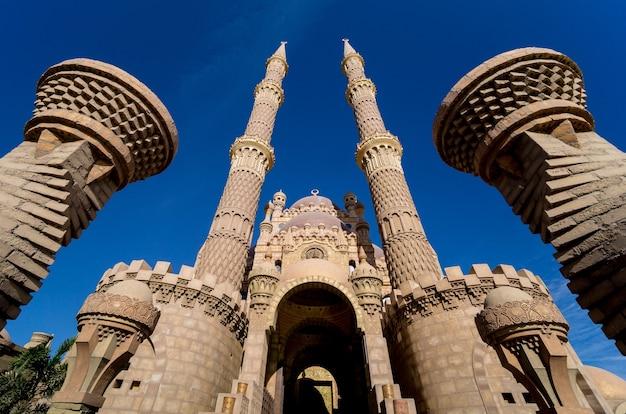 Piękny duży meczet islamski na niebie