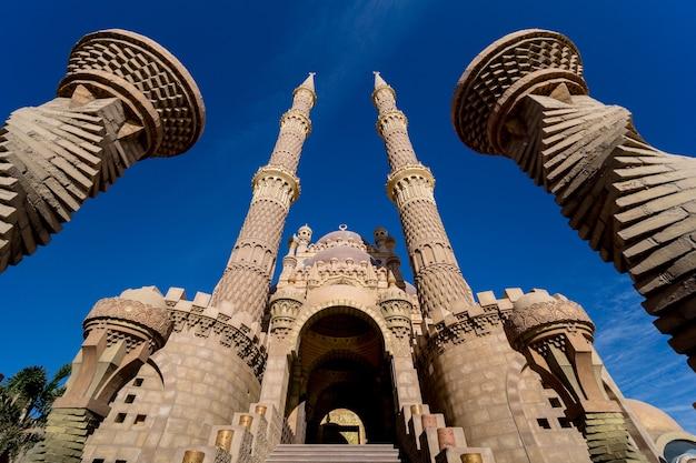 Piękny duży meczet islamski na tle nieba
