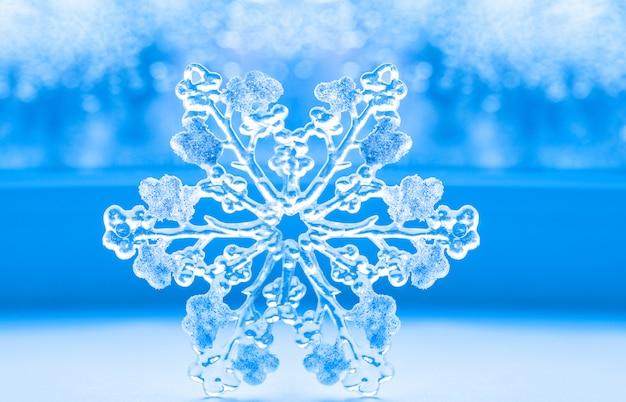 Piękny duży płatek śniegu na błękitnym tle