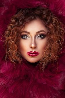 Piękny duży portret dziewczynki o rudych włosach