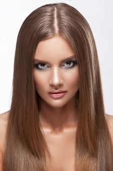 Piękny duży portret dziewczyny o rudych włosach, czerwonych ustach w bordowych futrach. czysta skóra, zdrowe włosy, kręcone w studio.