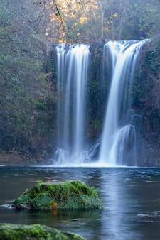 Piękny duży wodospad w hiszpanii w katalonii, w pobliżu małej wioski les planes de hostoles
