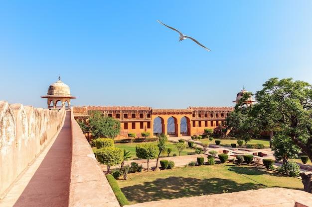 Piękny dziedziniec jaigarh fort, jaipur, rajasthan, indie