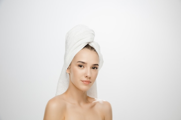 Piękny dzień. kobieta ubrana w ręcznik na białym tle