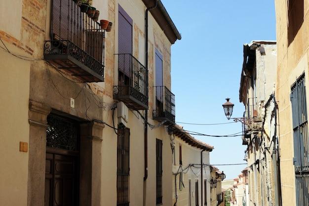 Piękny, dzienny obraz wąskiej ulicy i niskich budynków