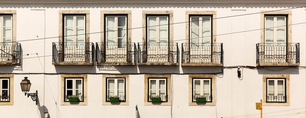 Piękny europejski blok mieszkalny z balkonami, portugalia