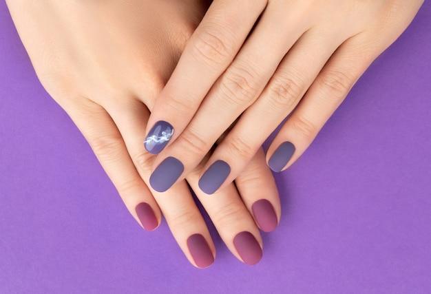 Piękny fioletowy bordowy matowy manicure na kreatywnych