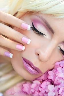 Piękny fioletowy makijaż i francuski manicure