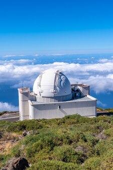 Piękny gigantyczny teleskop na roque de los muchachos na szczycie caldera de taburiente, la palma, wyspy kanaryjskie. hiszpania