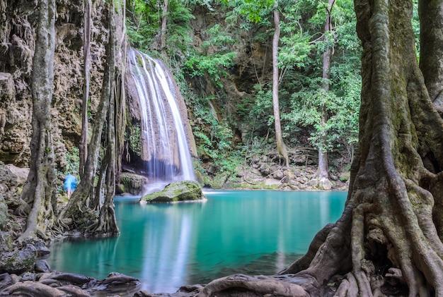 Piękny głęboki wodospad wodospad erawan w kanchaburi, tajlandia