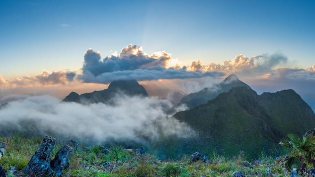 Piękny góra krajobraz doi luang chiang dao przy zmierzchem, tajlandia.