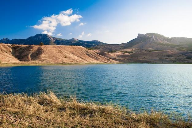 Piękny górski krajobraz. charakter tła