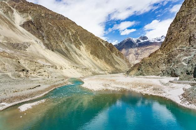 Piękny górski krajobraz doliny turtuk i rzeki shyok.