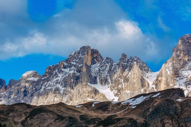 Piękny górski krajobraz. dolomity, włoskie alpy. piękny widok na alpejskie szczyty pokryte śniegiem.