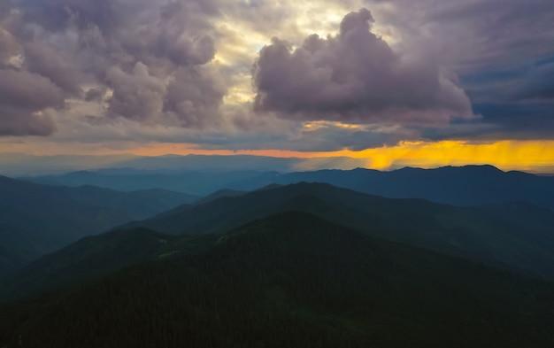 Piękny górski krajobraz na tle zachodu słońca