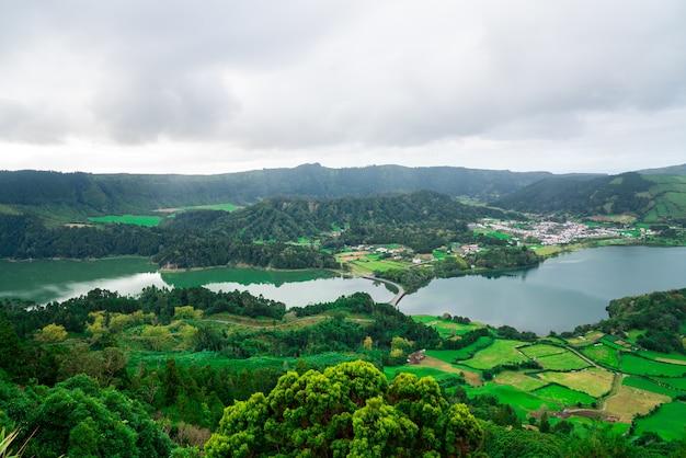 Piękny górski krajobraz w archipelagu azorów, portugalia