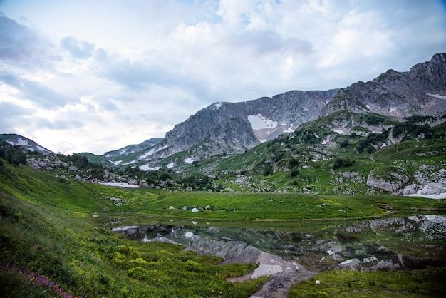 Piękny górski krajobraz w pochmurny letni dzień. republika adygei