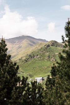 Piękny górski krajobraz w słoneczny dzień