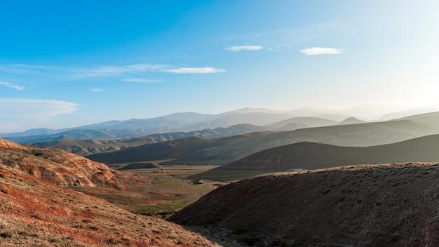 Piękny górski krajobraz w złotej godzinie