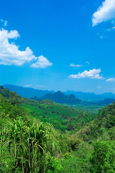 Piękny górski krajobraz z pochmurnego nieba