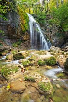 Piękny górski krajobraz z wodospadem djur-djur na krymie