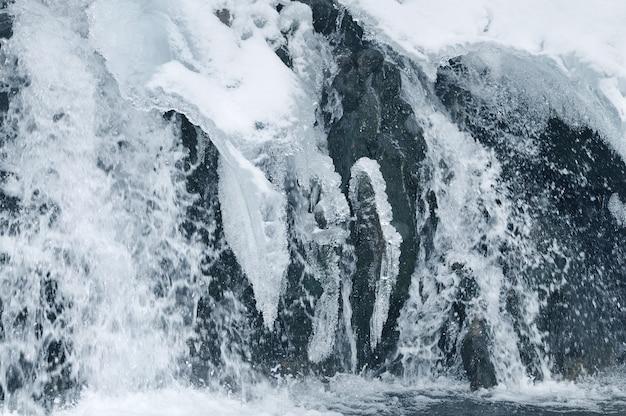 Piękny górski wodospad pokryty lodem