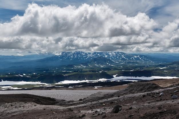 Piękny górski (wulkaniczny) pochmurny krajobraz półwyspu kamczatka (rosja, daleki wschód).